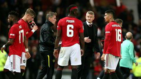 Manchester Uniteds Paul Pogba (6) og manager Ole Gunnar Solskjær diskuterer en straffesituasjon på hjemmearenaen Old Trafford, september 2019.