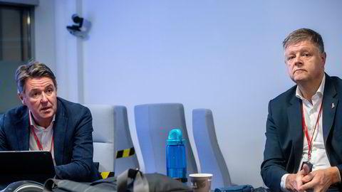 Ved Norwegians hovedkontor på Fornebu har toppsjef Jacob Schram (til høyre) og finansdirektør Geir Karlsen nettopp lagt frem en ny redningsplan for selskapet – før en irsk dommer bestemmer selskapets skjebne mandag.