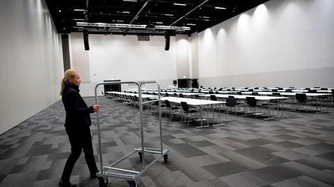 Konferansemarkedet tar tid å bygge opp igjen, skriver Nina Melsom. Direktør Anja Syversen-Hjellestad har tom konferansesal på Thon Hotel Airport Gardermoen.