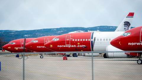 Norwegian-fly står parkert på bakken på Oslo lufthavn Gardermoen.