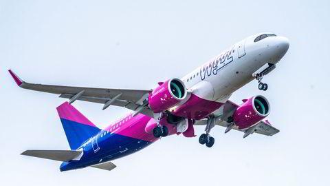 Et fly fra Wizz Air tar av fra Oslo lufthavn Gardermoen. Nå har over 200 tillitsvalgte i LO-foreninger undertegnet et opprop der de ber norske myndigheter stoppe selskapets virksomhet i Norge.