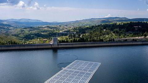Selv ikke koronakrisen kan stoppe fornybarrevolusjonen. IEA forventer ny rekord i kapasitetsinstallering både i 2020 og 2021, og solenergi står for mer enn halvparten. Bildet viser flytende solcellepaneler ved Alto Rabago-demningen i Portugal.