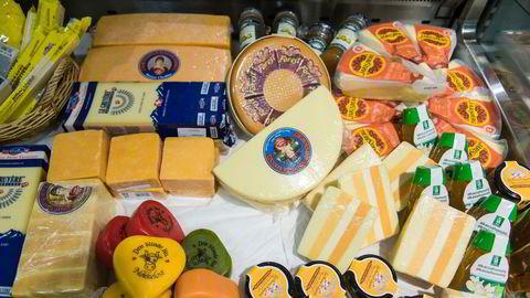 De skjeve rammevilkårene som Tine ønsker å forsterke, har ført til økt import av utenlandsk ost og nedleggelse av norske melkegårder og meierier, skriver artikkelforfatteren.