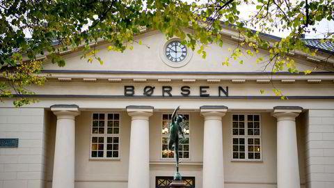 Oslo Børs stiger rundt 0,80 prosent fredag.