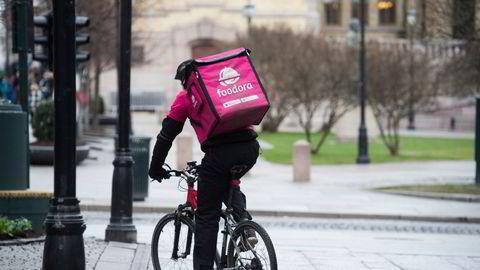 Et sykkelbud fra Foodora avbildet i Oslo ved en tidligere anledning.