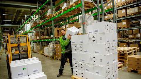 Posten/Bring flyter nå på en e-handelsbølge og investerer nå i et helautomatisert lager på Berger nord for Oslo. Her er det Ricelli Henandez som stabler Antibac på paller.