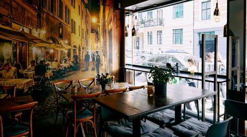 Vestkant. Vineria Ventidue ligger på et rolig gatehjørne på Frogner. Gaten på veggbildet er imidlertid i Italia.