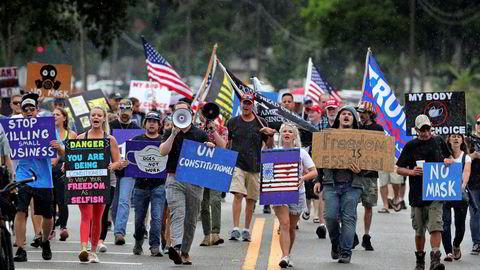 Over 50.000 amerikanere er bekreftet smittet av koronaviruset det siste døgnet. Demonstranter protesterte på onsdag i byen Sanford i Florida hvor det påbys bruk av munnbind i håp om å begrense smitte.