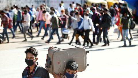 Et ukjent antall indere har mistet jobben som følge av en drastisk nedstengning av landet som begynte onsdag denne uken. Nedstengningene har ført at mange arbeidsløse nå beveger seg over store områder til fots, i mangel av åpen offentlig transport.