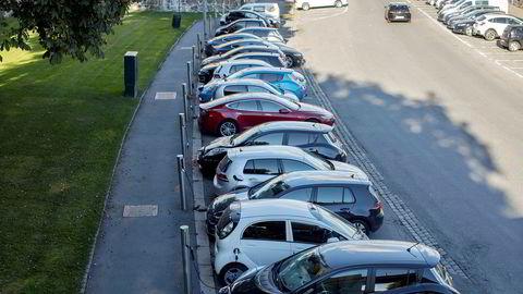 Elbilene bruker også vei og parkeringsplasser. Det må de snart betale mer for.