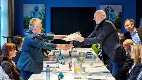 Administrerende direktør i Norsk Industri Stein Lier-Hansen (til høyre) og leder i Fellesforbundet Jørn Eggum under oppstarten av årets lønnsoppgjør. Noen dager senere ble oppgjøret utsatt til 3. august