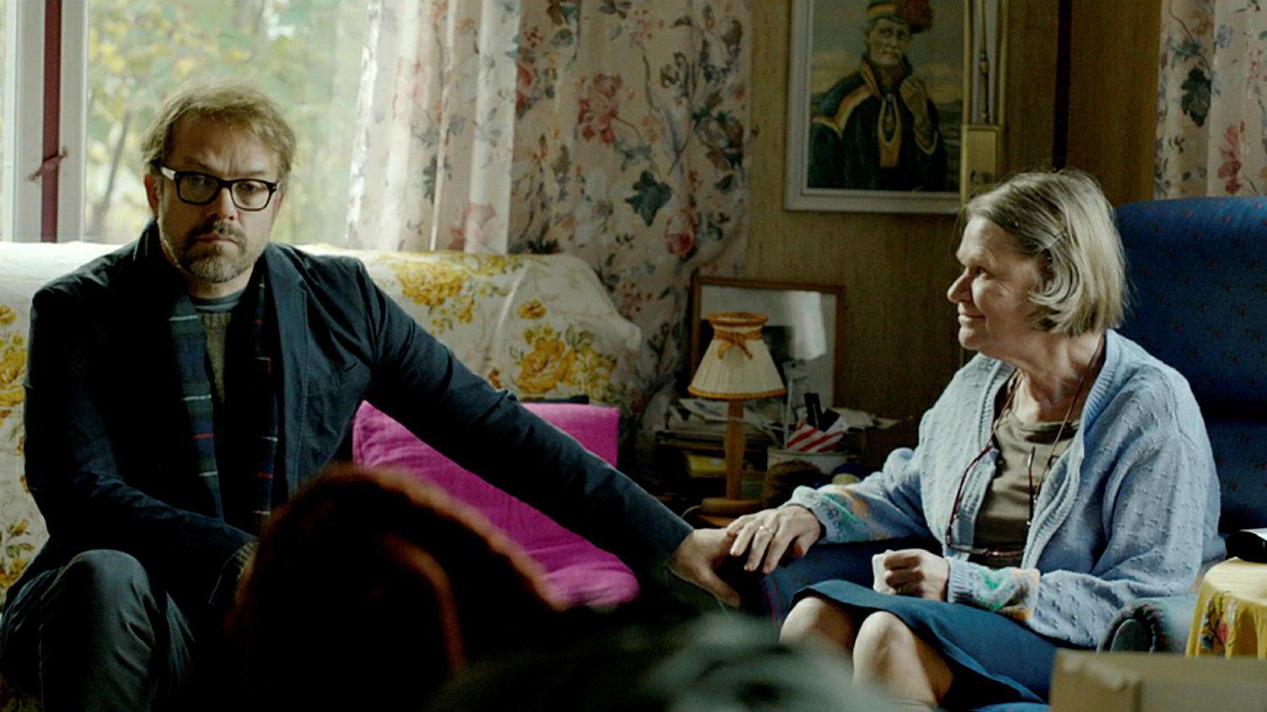 Kultursnobben Thomas (Christian Skolmen) jobber i et bokforlag, og søsteren Elin (Heidi Goldmann) går på Den fireepisoders humorserien «Epleslang» morer og rører.