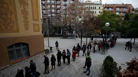 Det var lange køer utenfor flere valglokaler i Barcelona torsdag. Foto: Emilio Morenatti / AP / NTB scanpix