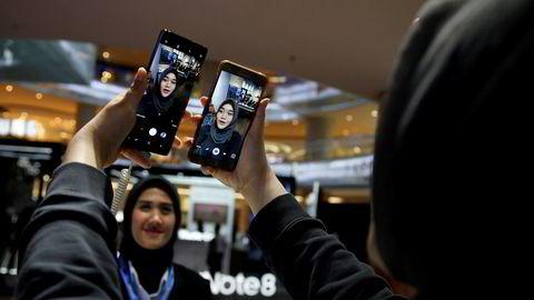 Samsung Electronics er vinneren ved de asiatiske aksjemarkedene på tirsdag med et kurshopp på nesten fem prosent. Det forventes rekordresultater fra tredje kvartal - takket være høy etterspørsel av komponenter fra konkurrenter.