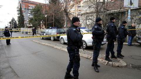 Oliver Ivanovic ble skutt av gjerningsmenn i en bil idet han ankom partikontoret tirsdag morgen.. Foto: AP Photo/Bojan Slavkovic