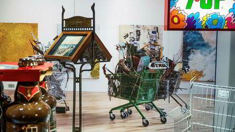 Sammenstillinger. Til koblingene i «Visuelle nabolag» hører kunstneren Ida Ekblads skrotfylte handlevogner og den tyske designeren Frank Schreiners «Consumer's Rest»-objekt – begge er del av installasjonen «Kunst og konsum».