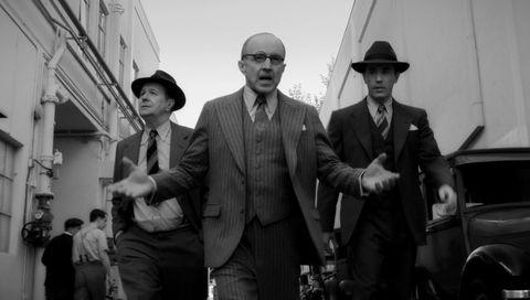 Legendariske Herman J. Mankiewicz (Gary Oldman, fra venstre) portretteres uskjønt, men likevel elegant i «Mank». Her med Arliss Howard som produsenten Louis B. Mayer og Tom Pelphrey som regissøren Joe Mankiewicz.