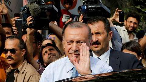 Tyrkias president Recep Tayyip Erdogan vinker til sine tilhengere utenfor boligen hans i Istanbul søndag.