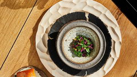 Maaemos soppbuljong med stikkelsbær, lam, urter og nystekt brioche smaksatt med honning, lavendel og lammefett.