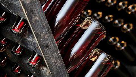 Bobler. 1200 flasker musserende bringebærvin – som står til ettergjæring etter å ha blitt tappet på flaske – må snus hver eneste dag i stativene inne i det tidligere grisehuset.