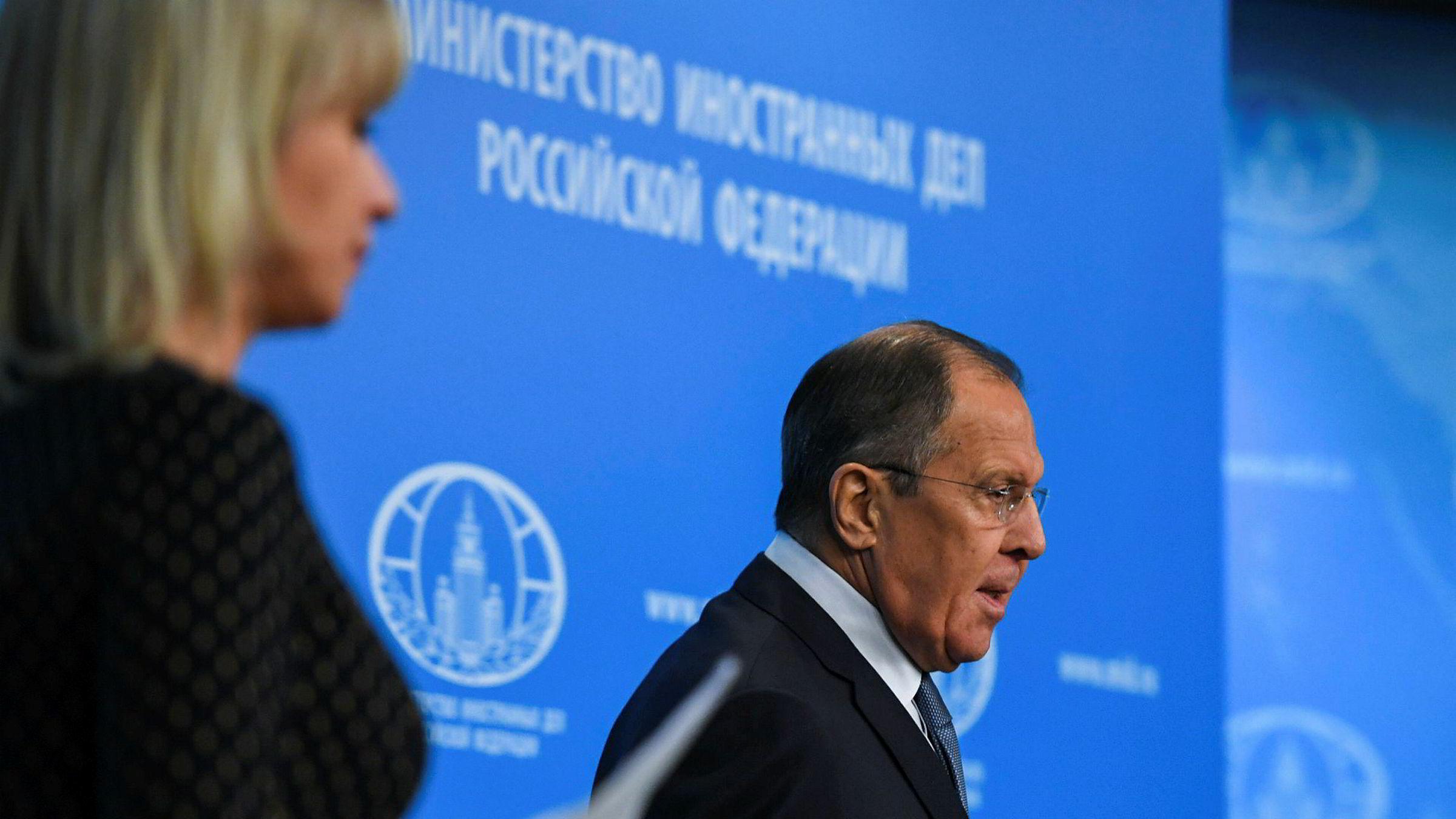 Russlands utenriksminister Sergej Lavrov kom med besk kritikk mot USA på sin årlige pressekonferanse om landets utenrikspolitikk i Moskva mandag. Til venstre det russske utenriksdepartementets talskvinne Maria Zakharova.