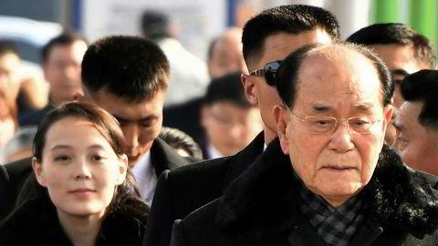 Nord-Koreas Kim Yong Nam ankommer flyplassen i Seoul i Sør-Korea sammen med Kim Yo Jong, den nordkoreanske lederen Kim Jong Uns søster.