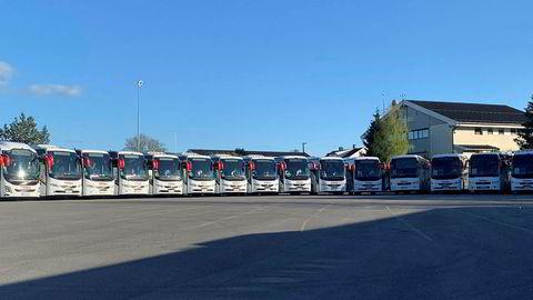 Hos Schaus Buss i Vestby har turbussene stått parkert siden mars. Og der vil de etter alle solemerker bli stående lenge.