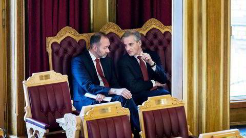 Fra venstre, Trond Giske og Jonas Gahr Støre i Stortingssalen.