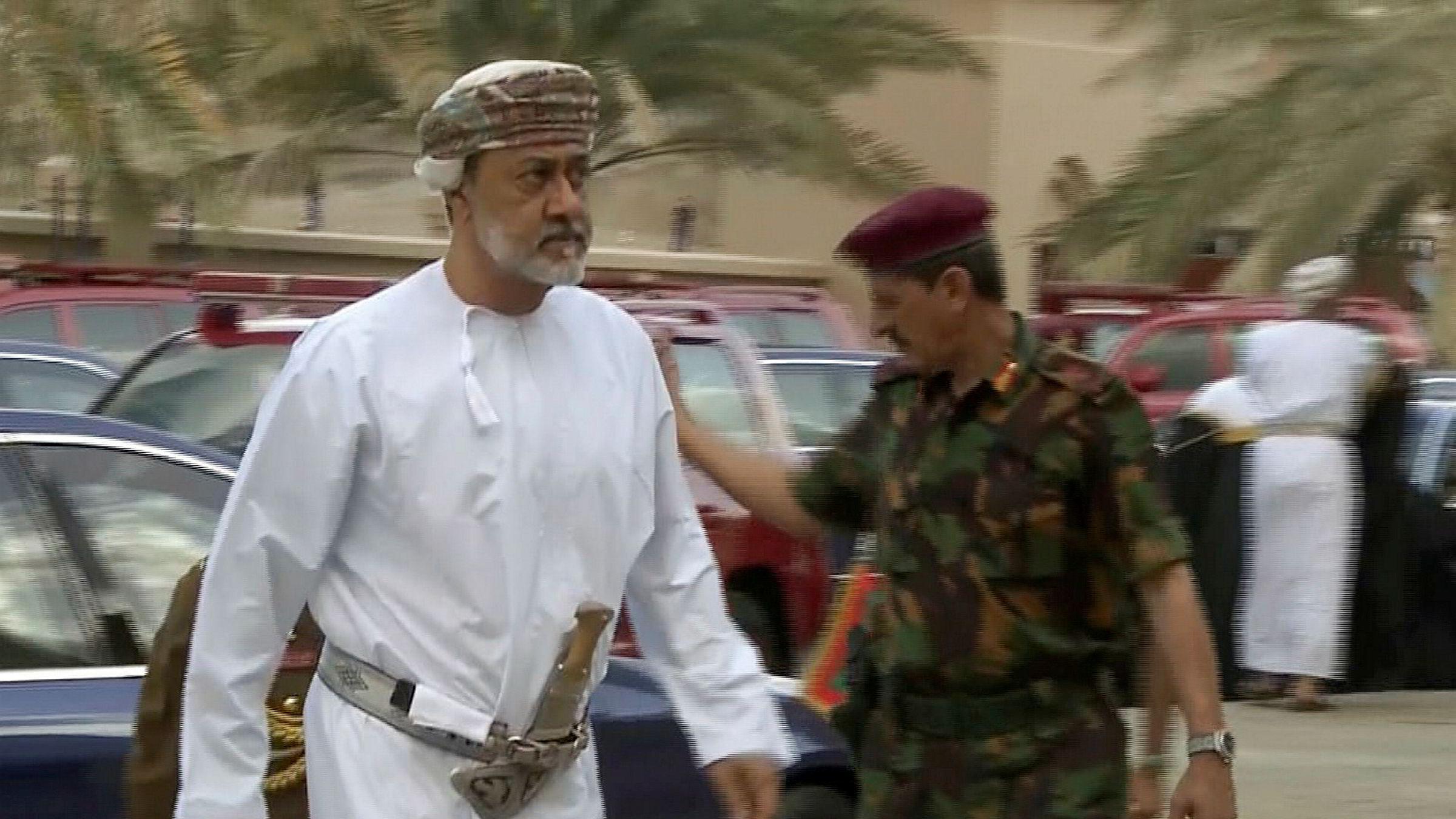 Omans nye sultan Haitham bin Tariq ankommer begravelsen til sin forgjenger og fetter sultan Qaboos i Muscat.