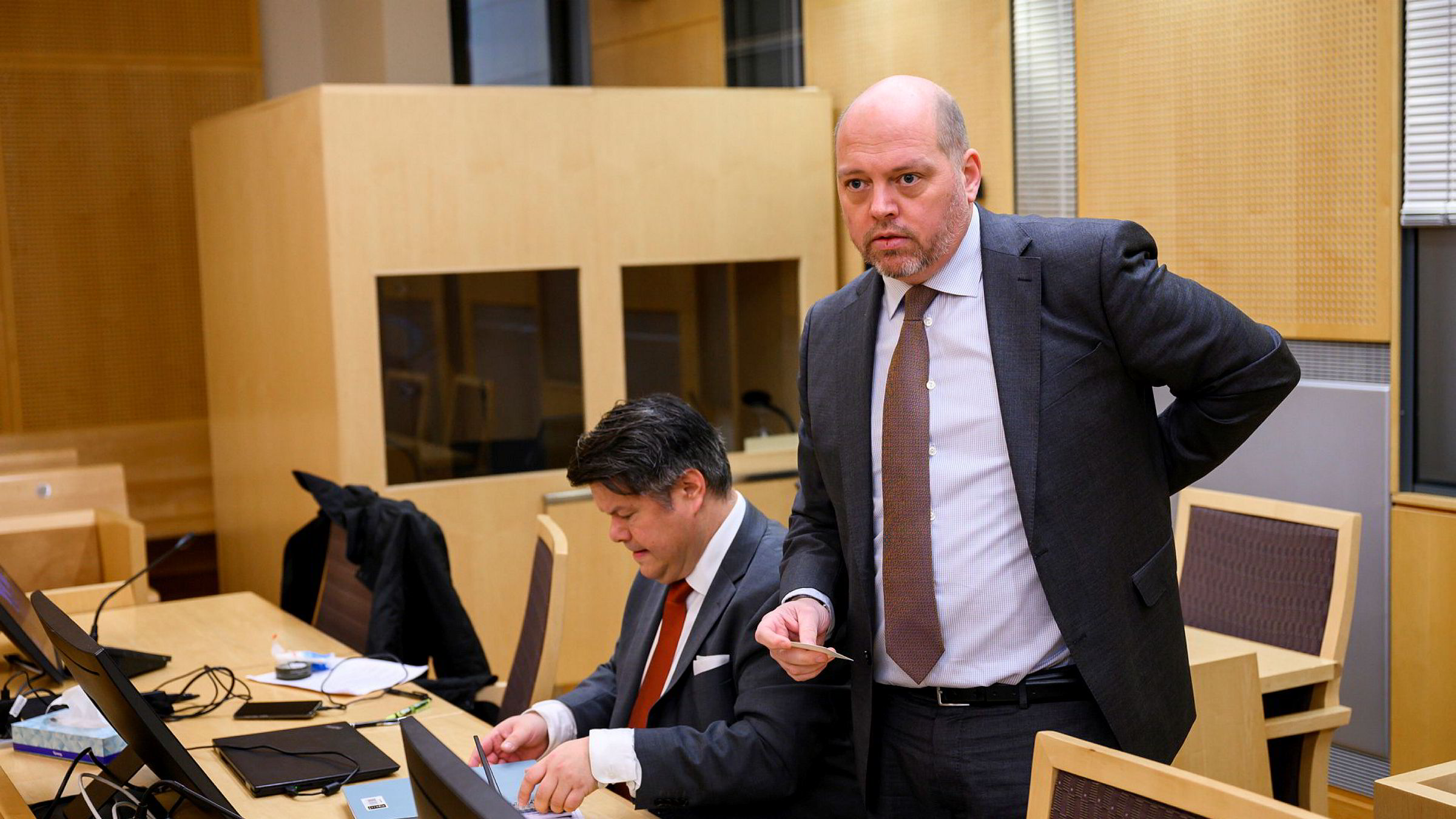 Advokatene Marcus Indrevær (til høyre) og Morten Grønvigh, som representerer saksøkerne, har fått medhold i at saken mot Jool Capital Partner ab skal gå i Oslo.