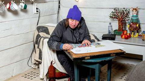 Privat kunstner. Ann-Mari Erichsen (46) er en av Norges fremste outsider art-kunstnere. I fjor stilte hun ut på både Kunstnernes Hus i Oslo og Trafo Kunsthall i Asker. Erichsen så ingen av utstillingene. Hun vil helst jobbe i ro og fred i Bergen – enten hjemme på kjøkkenet eller, som her, i atelieret til venn og kunstner Heidi Drejer.