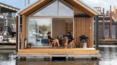 Bryggekaffe. Arkitektparet Eva Bo Geisler (29) og Nikola Antonojevic (36) fikk bygget drømmeboligen på vann, ved den sydlige del av Københavns havn.