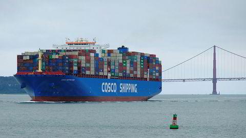 Stopp i handel med for eksempel kunstgjødsel vil trolig ha store negative virkninger for neste års matproduksjon, skriver artikkelforfatterne. Her passerer et containerskip Golden Gate broen i San Francisco.