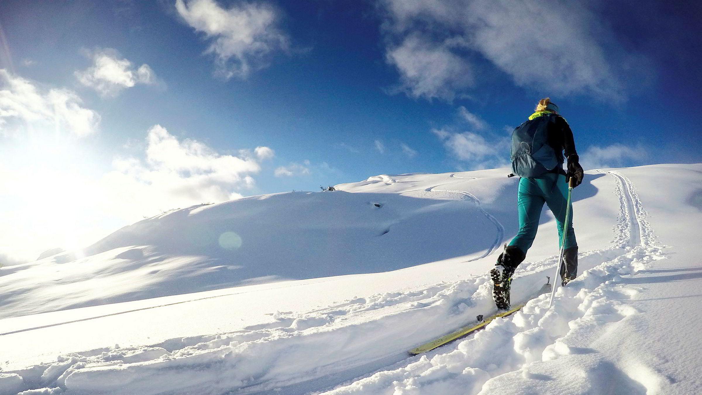 I Sogndal har det falt nok snø til at det er godt skiføre i fjellene rundt Sogndalsdalen. Landslagsløper Malene Blikken Haukøy forteller om mye aktivitet i fjellet nå.