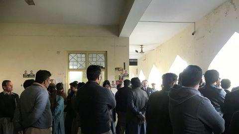 I retten i Lahore lørdag var fem av de svindelanklagede tilstede. Det var også Telenors advokat i Pakistan. Møtet ble imidlertid utsatt.