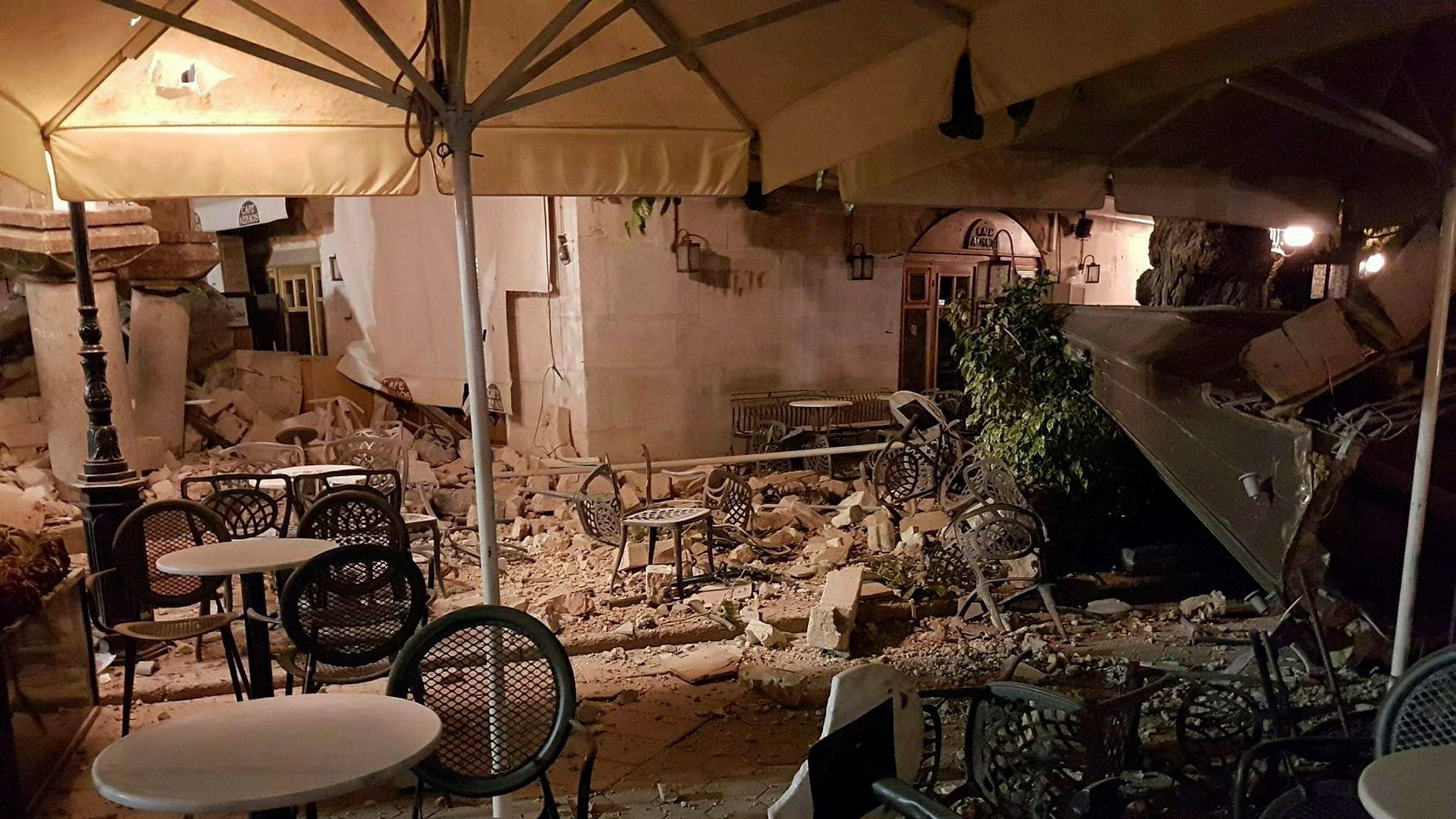 Bildet viser skader på bygninger på øya Kos etter jordskjelvet sent torsdag kveld.