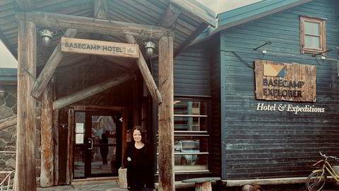 Renate Pedersen, daglig leder på Basecamp Hotel i Longyearbyen, stenger dørene over helgen. Det gjør også flere av de andre overnattingsbedriftene som følge av kraftig inntektssvikt.