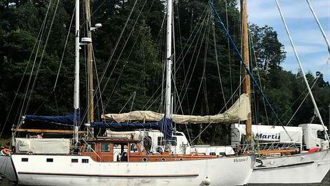 Mens Frederic Hauge soler seg på dekket på sin nyinnkjøpte båt «Victoria II», ligger Bellona-båten bak og bunkrer diesel ved Kilingen i Oslo. Fredag seiler «Kallinika» sørover for å drive miljøkamp under Arendalsuka.