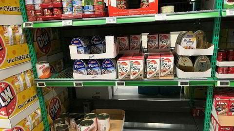 Enkelte dagligvarebutikker har opplevd tendenser til hamstring. Denne Kiwi-butikk øst i Oslo var rimelig ribbet for boksemat og flaskevann i forrige uke.