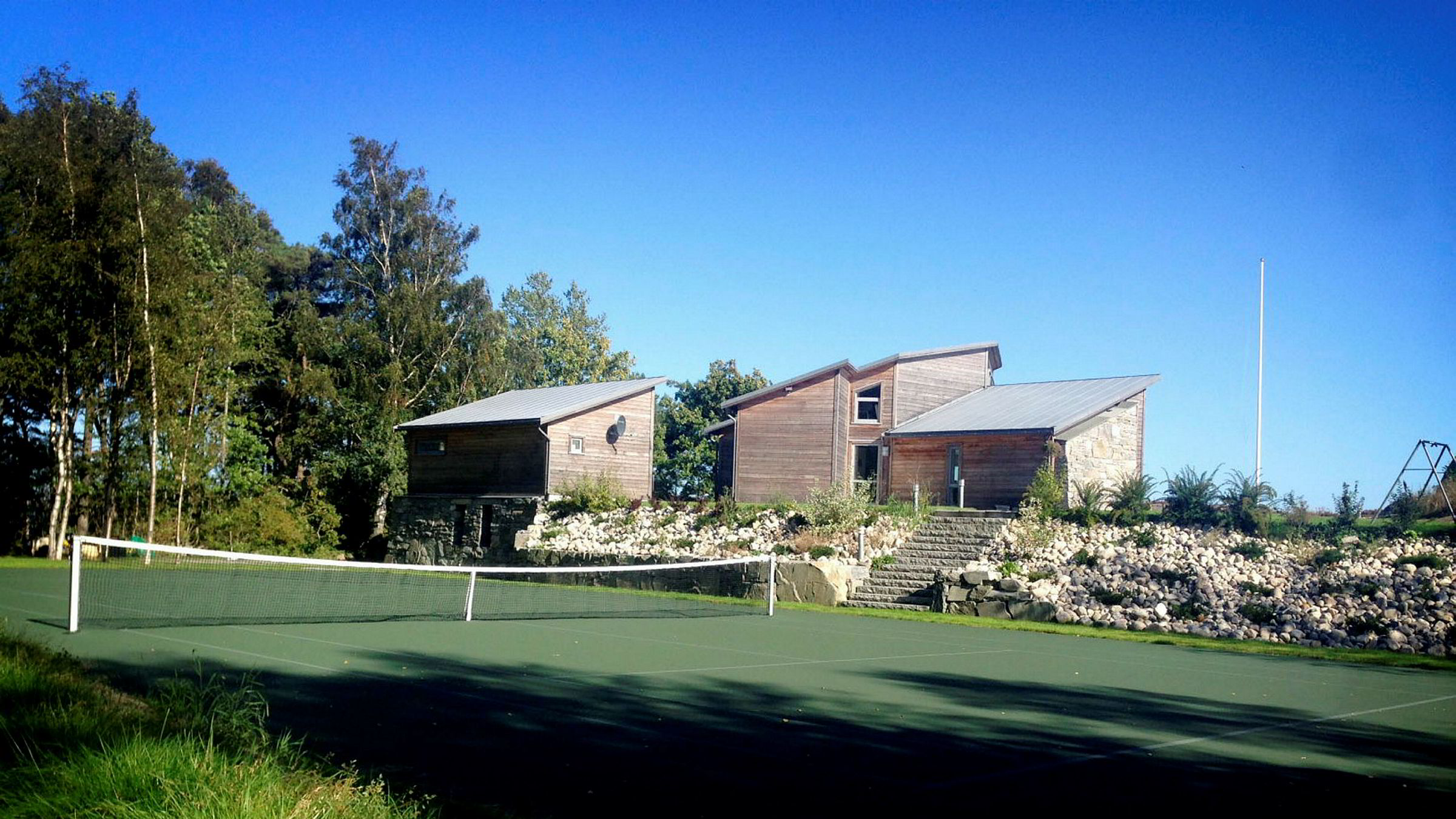 Eieren av dette landstedet søkte aldri om å anlegge tennisbane i strandsonen ved Grimstad. Dessuten ble det operert med to vidt forskjellige tegninger da hytta ble bygget ut; en gikk til kommunen – en annen til byggmesteren.