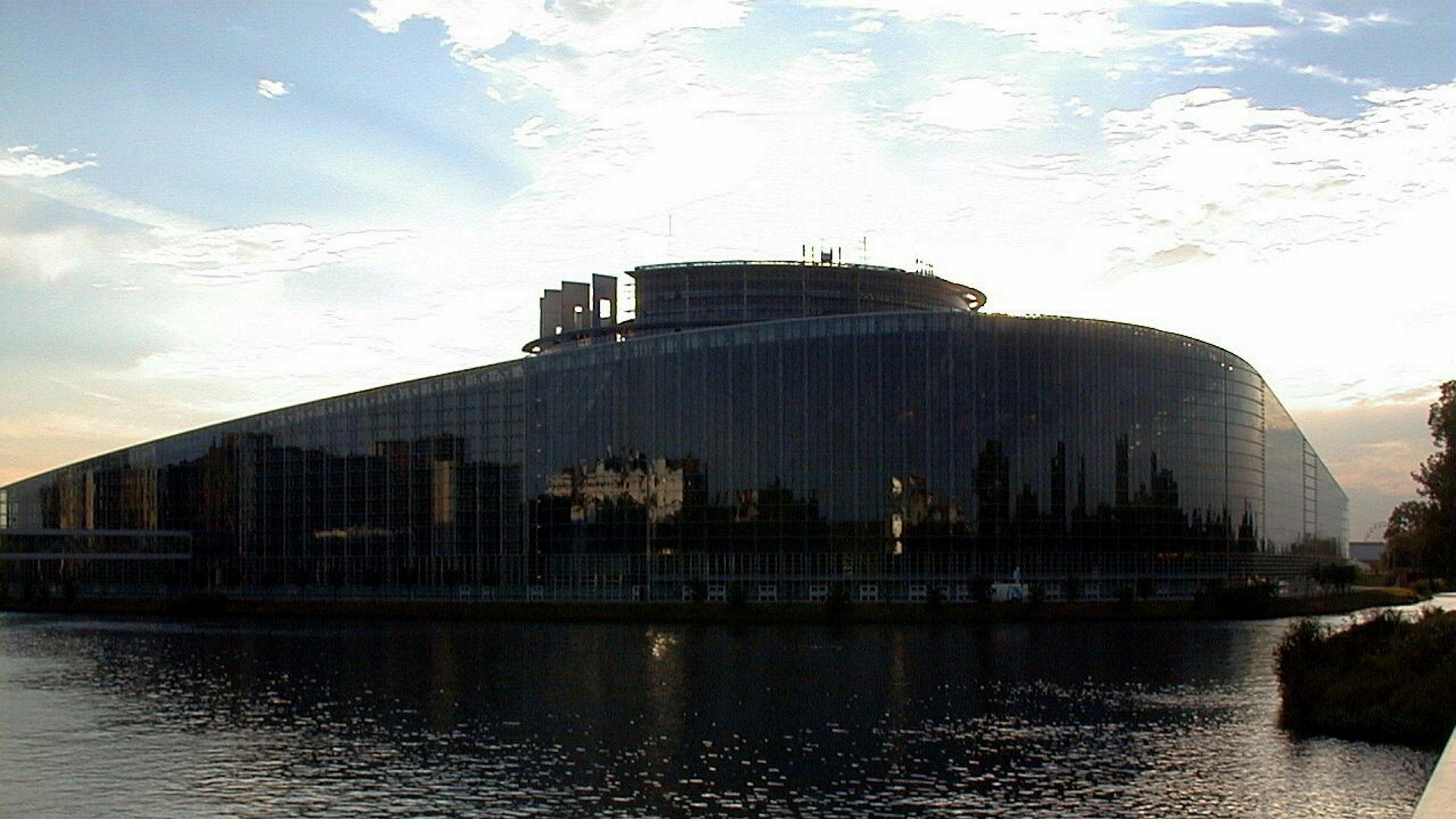 Torsdagens avstemning innebærer at saken skal opp til ny behandling og debatt i Europaparlamentet i september. Forhåpentlig vil dette føre til en endring av direktivforslaget som etablerer en bedre balanse mellom rettighetshavere og internettbrukere, skriver innleggsforfatteren. Her Europaparlamentet i utkanten av Strasbourg, Frankrike.
