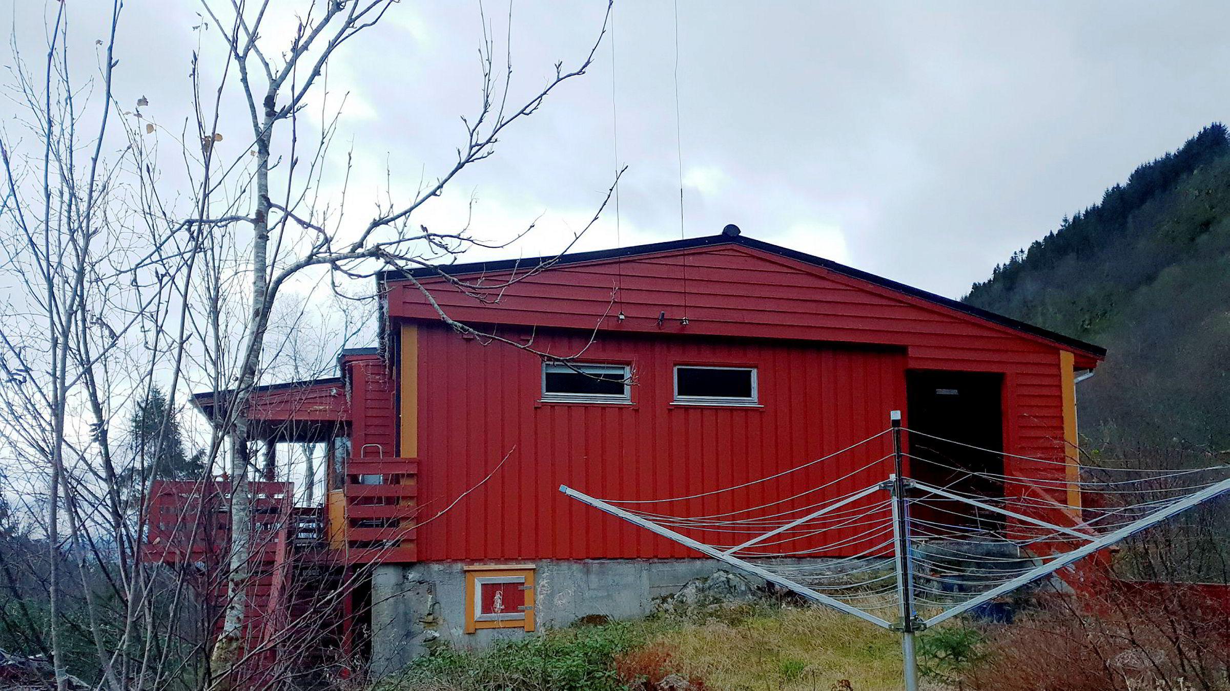 Hyttekjøpet i Meland kommune ble ikke det paret hadde drømt om. Problemene sto i kø: adkomstveien var ikke godkjent, manglende vannrett og feil ved elektrisk anlegg og tak.