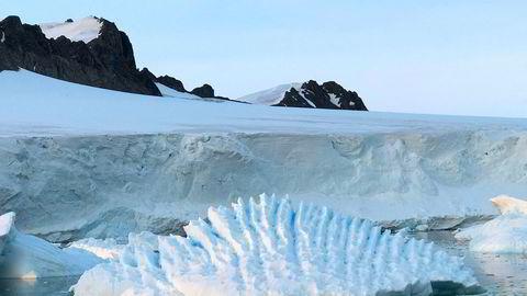Iskappen som dekker Antarktis, smelter raskere enn det forskerne har antatt. Foto: AP / NTB scanpix