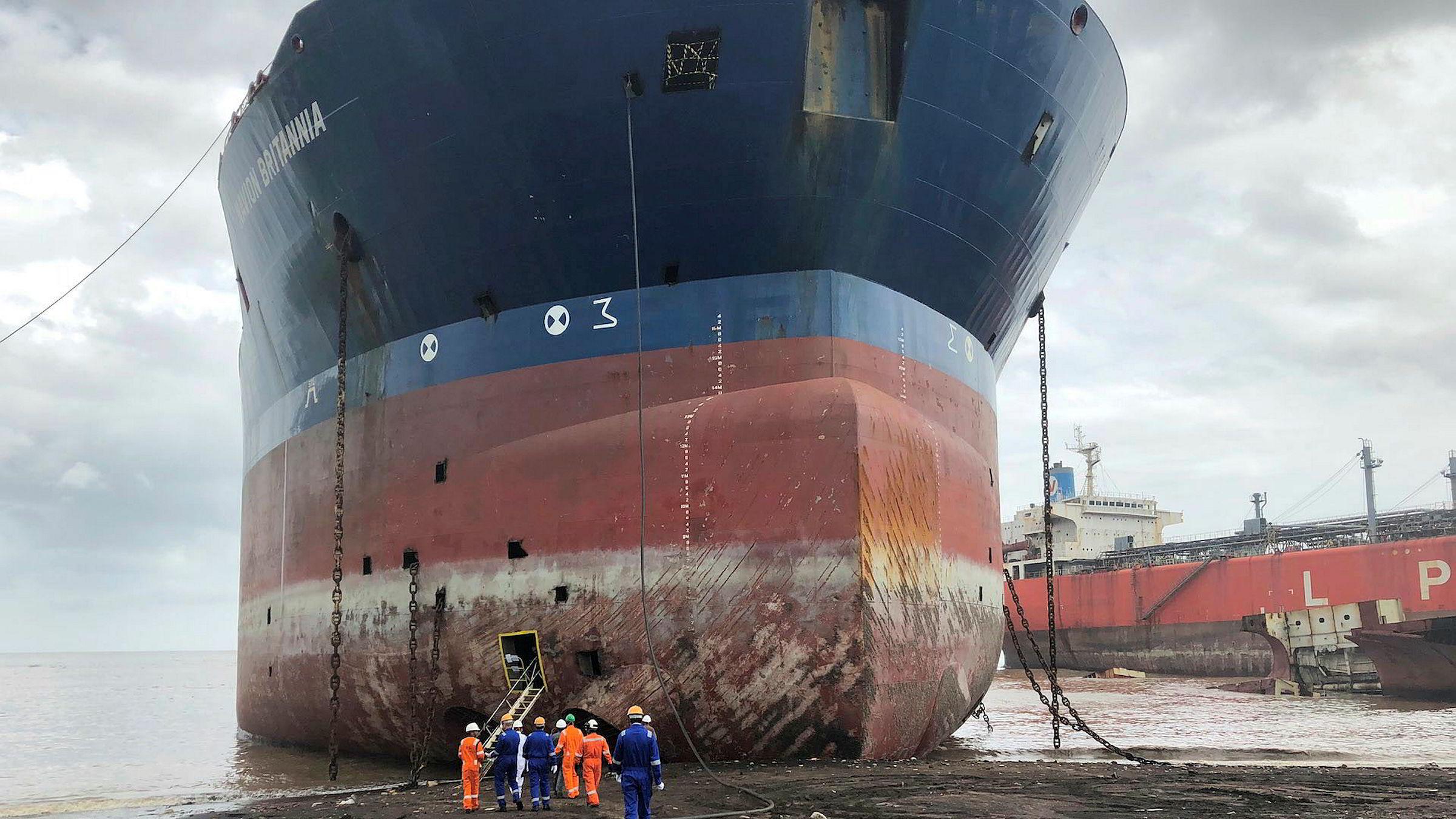 «Navion Britannia», her fotografert på en strand i Alang, India. Bildet ligger ute på Teekays egne nettsider.