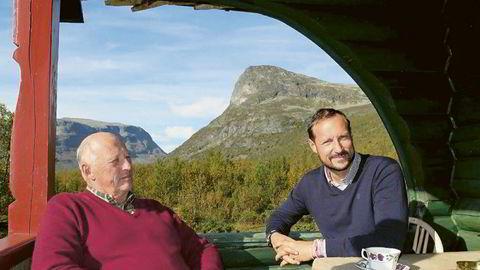 Kong Harald og kronprins Haakon på hytta. I boken «Kongen forteller» av Harald Stanghelle uttrykker kongen sin bekymring for medieutviklingen.
