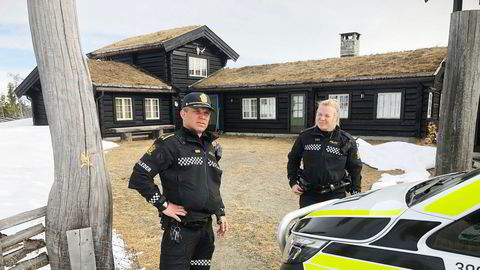 En lokal politipatrulje var en kort periode på plass på hytta til Tom Hagen på Kvitfjell i april.