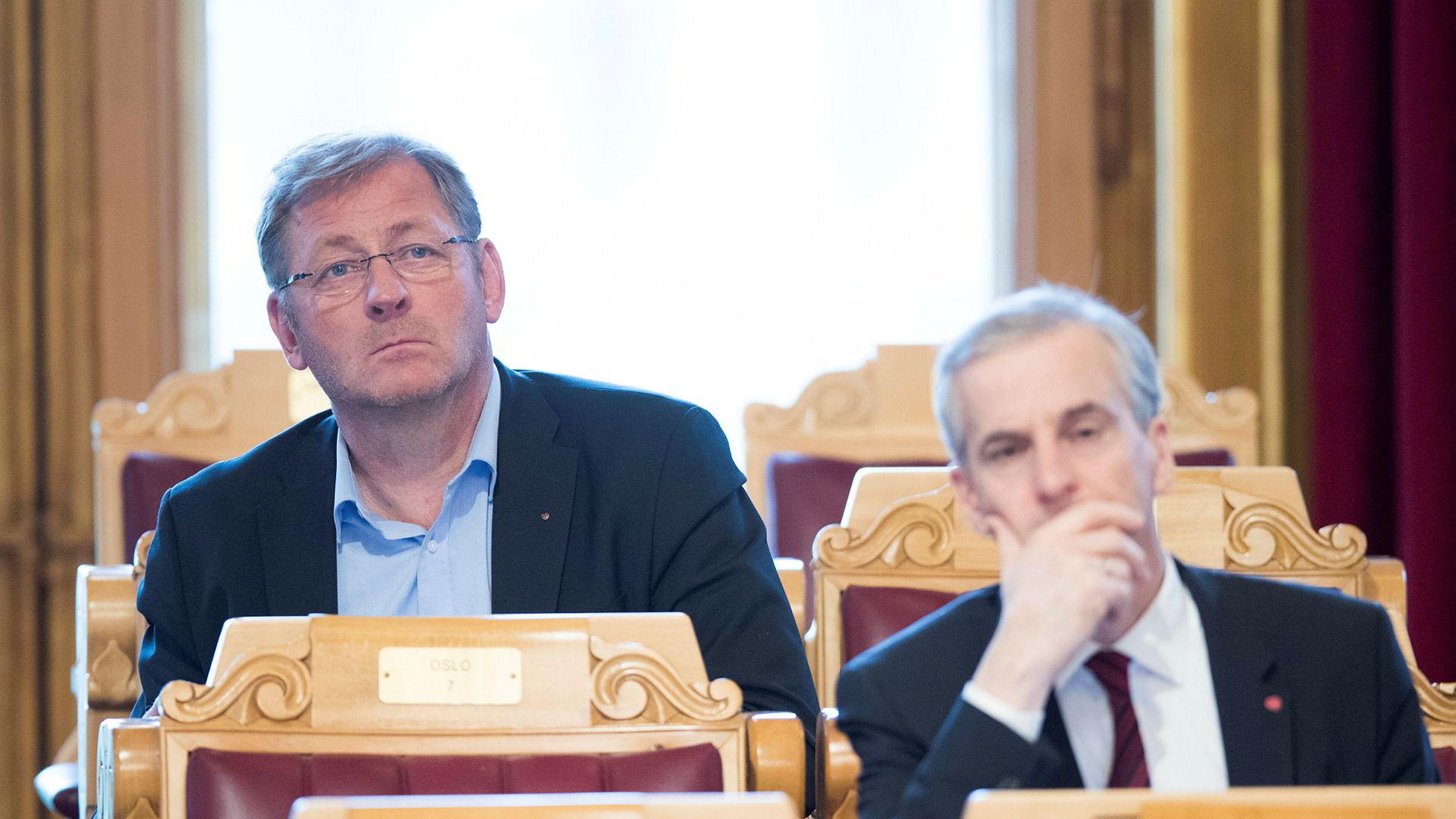 Stortingsrepresentant Jorodd Asphjell ser frem til at Trond Giske kommer tilbake. Her sammen med partileder Jonas Gahr Støre på Stortinget.