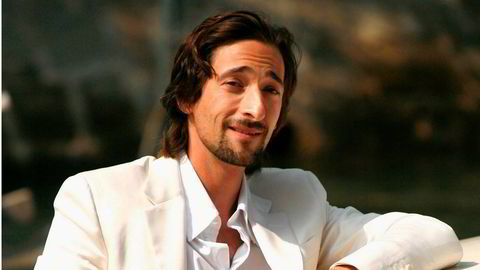 Sømløs. Adrien Brody ankommer Palazzo del Casino for pressekonferansen til Wes Andersons «The Darjeeling Limited» under filmfestivalen i Venezia i september 2007. Det kan se ut som han har valgt en dress som kombinerer lettheten og luftigheten til lin, samt bomull, som gir bedre passform.