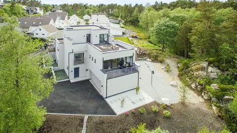 Dj og musikkprodusent Alan Walker kjøpte denne funkisvillaen for 9,5 millioner kroner på Hjellestad i Bergen. Legg merke til den private basketballbanen på høyre side av huset.