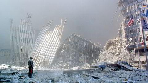 En enslig mann roper ut om noen trenger hjelp, kort tid etter terrorangrepet som rammet World Trade Center Tower i New York 11. september 2001.
